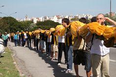 Hinchada cargando La Bandera Más Grande Del Mundo #Peñarol vs Independiente Año 2011