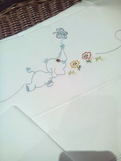 Las cosas de Pili y Mili: Tardes lluviosas y más regalos Border Embroidery, Embroidery Stitches Tutorial, Baby Embroidery, Silk Ribbon Embroidery, Cross Stitch Embroidery, Machine Embroidery Designs, Embroidery Patterns, Flower Line Drawings, Baby Sheets