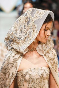 Elie Saab, Automne / Hiver Paris, Haute Couture - A wedding dress for a Jeweler, In Italy. Haute Couture Paris, Valentino Couture, Elie Saab Couture, Haute Couture Fashion, Cl Fashion, Fashion Details, Runway Fashion, Fashion Design, Pretty Dresses