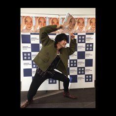 いいね!1,204件、コメント22件 ― 黒羽麻璃央(MARIO KUROBA)さん(@mario_kuroba)のInstagramアカウント: 「『開放』発売記念イベントin大阪 沢山のご来場ありがとうございました うどんもたこ焼きも食べれたし胃袋も大満足人間に無事になれました。 #開放 #次は埼玉メーン #次の次は仙台メーン…」 Actors & Actresses, Military Jacket, Mario, Animation, Japanese, Instagram, Field Jacket, Military Field Jacket, Japanese Language