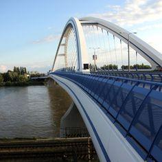 #Pinterest Puente Apollo, situado sobre el río Danubio en Bratislava, Eslovaquia.