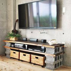 Need an inexpensive storage unit or place for your TV? Breeze blocks and laminated pine or reclaimed wood are all you need and, voila... a TV or…