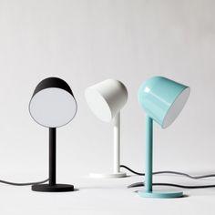 """Campanule ist eine Schreibtisch- beziehungsweise Nachttischlampe mit einem recht minimalistischen Design und stammt von der in London ansässigen Design-Firma something.. Die """"Campanule"""" Lampe besteht aus einem großen Kopf, auf einem dünnen """"Stiel"""", hierdurch erinnert sie von ihrer Form an eine Glockenblume. Durch den warmen und diffusen Strahler eignet sich die Lampe als netter Begleiter für …"""