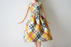 Simple Barbie dress tutorial - I LOVED getting Barbie clothes from Grandma. As a matter of fact, I would STILL love to get Barbie clothes from Grandma. Sewing Barbie Clothes, Barbie Sewing Patterns, Sewing Dolls, Doll Clothes Patterns, Sewing Patterns Free, Clothing Patterns, Diy Clothes, Dress Sewing, Barbie Style