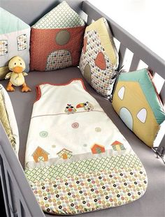 Tour de lit modulable Péli-patch bébé ANIS - what a cute idea of using houses around the crib as a bumper Sewing For Kids, Baby Sewing, Diy For Kids, Quilt Baby, Baby Decor, Kids Decor, Cot Bumper, Patchwork Baby, Baby Pillows