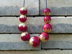 Náhrdelník+z+dřevěných+korálů:+Červeno-zlaté+Náhrdelník+z+dřevěných+korálů.+Korále+jsou+lehké,+nabarvené+akrylovou+barvou+a+pečlivě+přelakované+lesklým+lakem.+Jsou+vždy+navlčeny+na+voskovou+šňůrku,+délku+udělám+na+přání.+Velikost+a+počty+korálků:+1x30mm,+4x25mm,+4x20mm.+Každý+náhrdelník+je+ruční+výroba+a+je+originál.+Na+některých+korálcích...