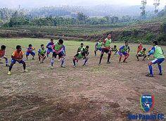 Latihan Uni Papua FC Salatiga Senin 16 Nopember 2015 Passing Jauh Crossing Shooting Heading Dan Evaluasi Kegiatan Save Merbabu bersama Kakak Yan Pepuho #UniPapuaFootball #UniPapuaFc