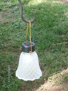 An old glass lamp shade, a cheap solar light and a little wire. An old glass lamp shade, a cheap solar light and a little wire.,Garden An old glass lampshade,. Cheap Solar Lights, Solar Light Crafts, Diy Solar, Outdoor Crafts, Outdoor Projects, Garden Crafts, Garden Projects, Solar Licht, Hand Lettering For Beginners