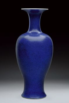 Fine lapis lazuli porcelain vase. Qing Dynasty, 18th Century. Photo Czerny's