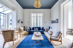 Le séjour de cet hôtel particulier totalement rénové dans la région parisienne