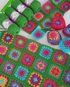 Granny square crochet blanket with green background Crochet Afgans, Crochet Wool, Crochet Blocks, Crochet Granny, Crochet Baby, Crochet Leaf Patterns, Crochet Leaves, Baby Knitting Patterns, Button Hole Stitch