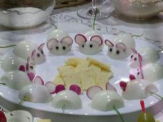 Mice and cheese appetizers Cute Food, Good Food, Yummy Food, Cheese Appetizers, Appetizer Recipes, Seafood Appetizers, Cheese Food, Cheese Party, Wine Cheese