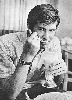 Anthony Perkins & a milkshake Vintage Movie Stars, Vintage Movies, Retro Vintage, Norman Bates, Anthony Perkins, Photo B, Jamie Dornan, Old Hollywood, Black And White Photography