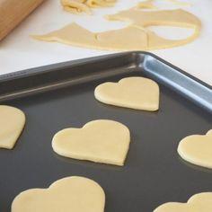 Πανεύκολη συνταγή για ζύμη μπισκότων βουτύρου που θα απογειώσουν το πρωινό ή τα σνακ σας. Αφράτα και πεντανόστιμα για όλη την οικογένεια. Sweets Recipes, Cookie Recipes, Desserts, Fondant Cookies, Cupcake Cakes, Cupcakes, Greek Cookies, Greek Sweets, Sweet Corner