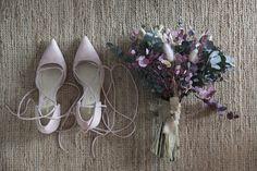 Zapatos de novia Flor de Asoka a conjunto con ramo de flores Lito & Lola. Flower Crown, Brides, Flowers, Wedding, Shoes, Fashion, Vestidos, Flower Crowns, Bridal Shoes