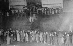 Crowds awaiting news of Titanic