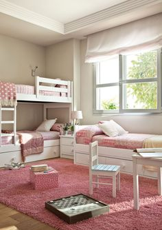 Habitación infantil con litera y una cama bajo la ventana