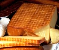 Juustopöytä ry:n 10/2015 Kuukauden juusto: gruyère. Gruyère on sveitsiläinen lehmänmaidosta valmistettu kova, tiivis, puristettu ja keitetty juusto. Alkuperäistä gruyère-juustoa on valmistettu ainakin jo tuhat vuotta. Useat ranskalaiset juustot ovat samankaltaisia ja saavat lain mukaan käyttää samaa nimikettä. Suomessa gruyèrea valmistaa Juustoportti Oy pastöroidusta lehmänmaidosta sekä vuohenmaidosta. Lue lisää www.juustopoyta.fi