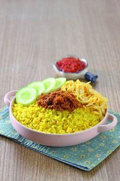 Nasi kuning tampil dengan aroma kunyit yang khas dan lezat.