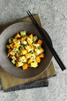 Une salade japonaise toute simple avec 2 fruits que j'adore et qui se marient vraiment bien ensemble : le kaki et l'avocat.