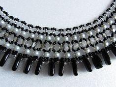 Collier élégant et exquis dans un style classique. Collier fait de verre tchèque perles couleur argent, perles en cristal facetté clair couleur argent avec perles de rocaille tchèque métal argenté, noir et argent et en bas - couleur de perles noires de verre tchèque. Point à la main en un seul exemplaire. Longueur environ avec fermoir – 15,5 39,5 cm bijoux fermoir - bascule - alliage argent plaqué matériel : perles de verre tchèques, perles de verre tchèque, Perles cristal, perles de verre…