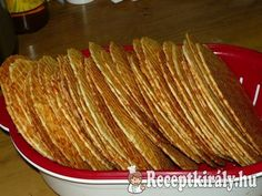 Sajtos tallérHozzávalók:60 dkg liszt 25 dkg reszelt sajt 25 dkg ráma margarin csapott teáskanál őrölt kömény (ha szereted egészben is bele lehet tenni) kis doboz tejföl (ha igényli tehetsz bele többet) 2 egész tojás só ízlé Hungarian Desserts, Hungarian Recipes, Cookie Recipes, Snack Recipes, Healthy Recipes, Snacks, Nacho Chips, Torte Cake, Small Cake