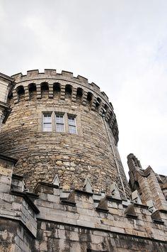 Dublin, city-guide : 25 choses à faire à Dublin Monuments, Dublin Castle, Guide, Pisa, Louvre, Tower, Building, Travel, Things To Make