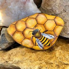 Painted Rock Animals, Painted Rocks Craft, Hand Painted Rocks, Rock Painting Patterns, Rock Painting Ideas Easy, Rock Painting Designs, Pebble Painting, Pebble Art, Stone Painting