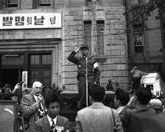 Seoul, Korea, 1961  Photographer Unidentified   1961년 5·16 군사쿠테타 때 시청 앞 광장에선 장도영 중장의 모습.  장도영(張都暎, 1923년 1월 23일 ~ 2012년 8월 3일)은 대한민국의 군인이자 정치인이다. 장면 내각의 두 번째 육군 참모총장이었고, 5.16 군사 정변 직후 초대 국가재건최고회의 의장을 지냈다.  참고  http://ko.wikipedia.org/wiki/장도영#