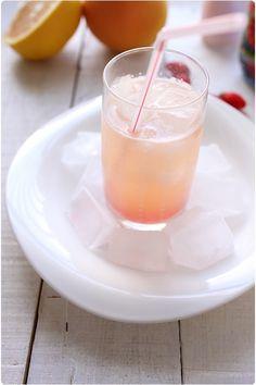 Grapefruit cooler (cocktail sans alcool)     10cl de jus de pamplemousse     10cl d'eau minérale gazeuse     1 trait de sirop de grenadine     4 glaçons
