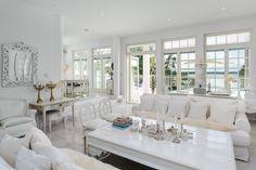 Upeaa glamouria valkoisessa olohuoneessa