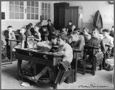 Robert Doisneau // Un aula, - Bilder Robert Doisneau, Black And White People, Black White, Old School House, School Boy, Old Paris, History Of Photography, Vintage School, French Photographers