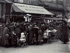 Hoxton Street market, Shoreditch, 1910 vintage everyday: Edwardian Markets – 19 Vintage Photos Show the Trading in the Victorian London, Vintage London, Old London, East London, Hoxton London, Old Pictures, Old Photos, Vintage Photos, Vintage Photographs