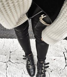 On ne se lasse pas du duo grosse maille/leggings en cuir (pull Margaux Lonnberg - photo Audrey Lombard)