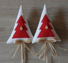 VÁNOČNÍ stromeček - zápich Fabric Christmas Trees, Mini Christmas Tree, Xmas Tree, Homemade Christmas Decorations, Xmas Decorations, Holiday Crafts, Felt Crafts Diy, Fabric Crafts, Felt Ornaments