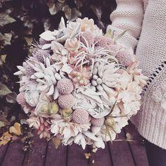 Un ramo de novia de plena tendencia. Con plantas crasas y flores pintadas en color rosa palo.