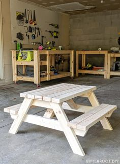 Kids Picnic Table: Plans and a tutorial to build a simple DIY kids picnic table for the backyard or patio. Kids Wooden Picnic Table, Kids Picnic Table Plans, Wooden Table Diy, Build A Picnic Table, Kid Table, Cheap Picnic Tables, Chaise Diy, Patio Diy, Woodworking Plans