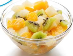 partir las frutas y y rociarlas con zumo de limon y el azucar