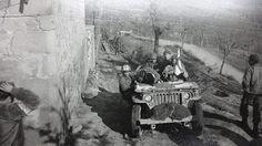 Jipe da FEB transportando feridos em combate para o hospital. Acervo do OCIAA, NARA II, Maryland, EUA.