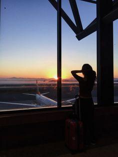 soak it up Airplane Photography, Girl Photography Poses, Travel Photography, Tumblr Travel, Airport Photos, Photos Tumblr, Foto Pose, Travel Aesthetic, Tumblr Girls