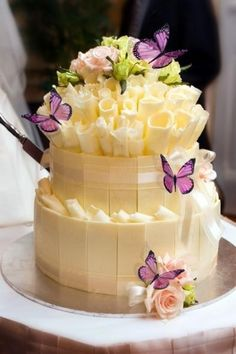 Amazing white chocolate cake. I'd loooove this for my birthday. :P