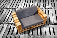 I personally love this design of pallet sofa, basically has three great virtues: the first is that it convinces me aesthetically, it's very attractive because of its regular pattern where the… Pallet Crates, Pallet Chair, Old Pallets, Recycled Pallets, Yard Furniture, Diy Pallet Furniture, Diy Pallet Projects, Recycled Furniture, Pallet Ideas