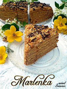 Marlenka. - puszka masy kajmakowej  - 1 opakowanie budyniu waniliowego lub śmietankowego  - 250 g masła  - 1/2 l mleka  - 3 łyżki cukru Składniki na ciasto:  - 600 g mąki  - 120 g masła  - 250 g cukru pudru  - 3 łyżki miodu  - 3/4 łyżki sody  - 1 łyżeczka octu  - 2 jaja