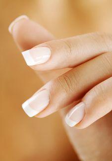 Taches blanches sur les ongles - Causes et traitement