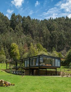 A house of outdated volume and modernist reminiscence in the Sabana de Bogotá .- Una casa de volumen desfasado y reminiscencia modernista en la Sabana de Bogotá… A house of outdated volume and modernist reminiscence … - Glass House Design, Container House Design, Modern House Design, Building Design, Building A House, Casas Containers, House On Stilts, Forest House, Exterior Design