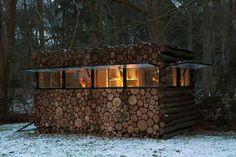 Een stapel boomstammen. Oh nee, een tuinhuisje! :)