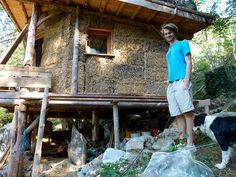 Une cabane en construction et un wwoofer