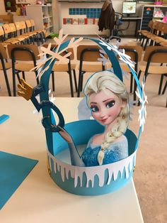 Elsa Frozen verjaardagshoed Frozen Birthday Theme, Frozen Theme Party, Birthday Parties, Frozen Classroom, Classroom Birthday, Classroom Door, Elsa Frozen, Fun Arts And Crafts, Crafts For Kids