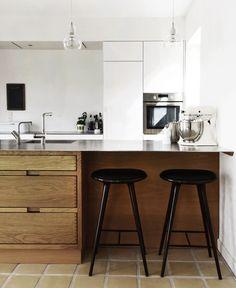 massiv eg - bare med granit bordplade istedet Danish Kitchen, New Kitchen, Kitchen Dining, Kitchen Decor, Kitchen Island, Luxury Kitchen Design, Best Kitchen Designs, Interior Design Kitchen, Wood Kitchen Cabinets