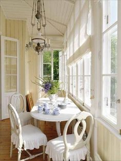 101 Comfy And Cool Sunroom Decor Ideas For Small Spaces - Asunroom is a beautiful space within the house. It's a place where people may enjoy the beauty of the outdoors with the comfort of the indoors. Swedish Cottage, Cottage Style, Yellow Cottage, Estilo Cottage, Small Sunroom, Sunroom Dining, Dining Room, Home Interior, Interior Design